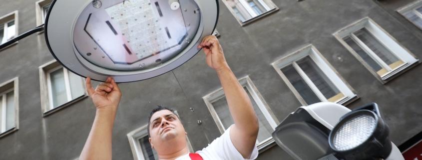 Montage einer neuen LED Lampe durch die MA 33 in der Dorotheergasse